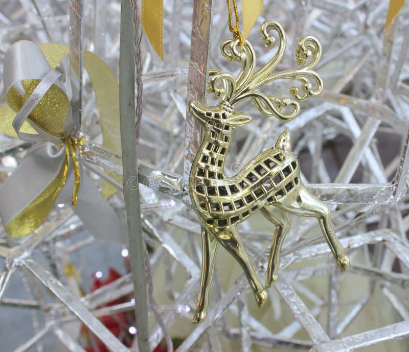 Une image d'un renne gentil sur un arbre de Noël photo stock