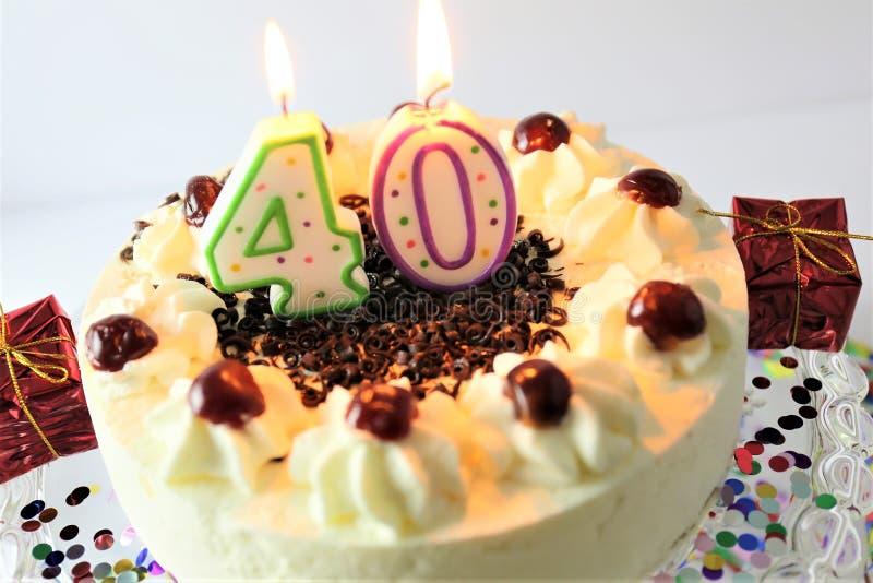 Une image de concept d'un gâteau d'anniversaire avec la bougie - 40 photos libres de droits