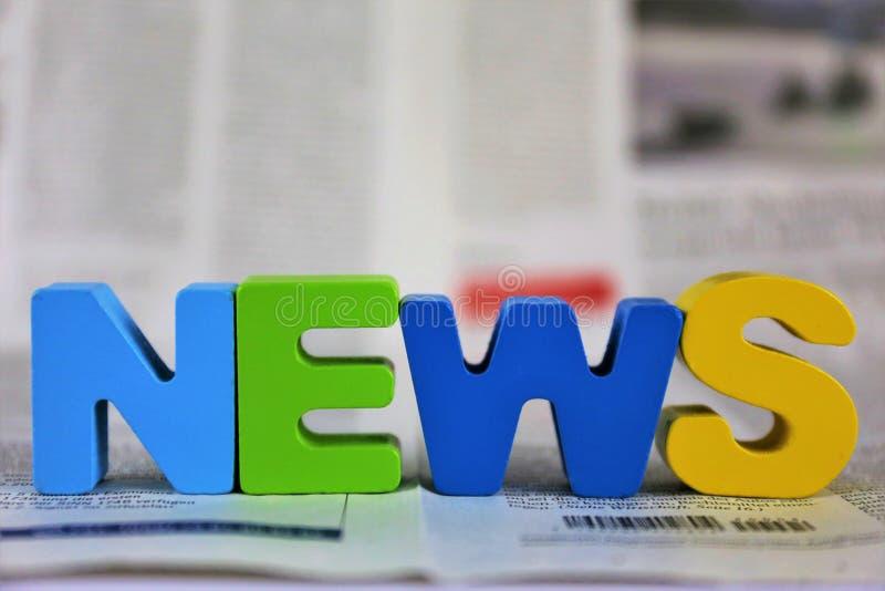 Une image de concept d'un journal avec les actualités de mot photo stock
