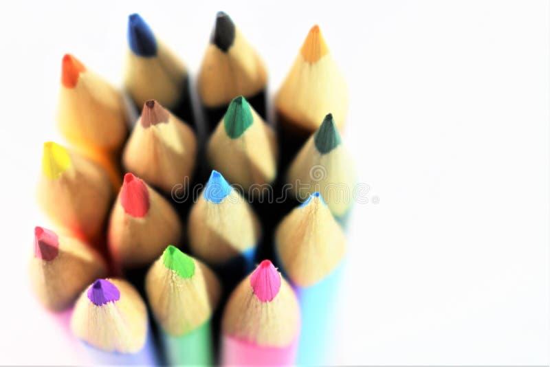 Une image de concept des crayons colorés - avec l'espace de copie photos stock