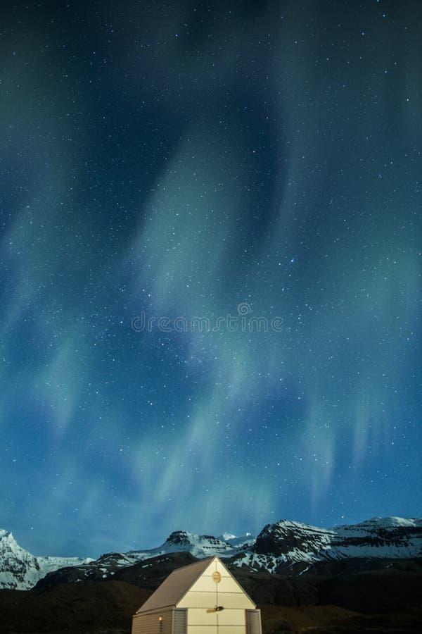 Lumières du nord au-dessus d'une carlingue en Islande image libre de droits