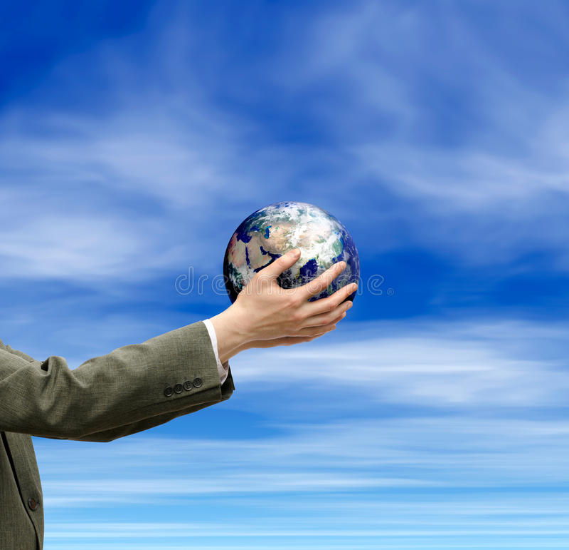 Une image des mains tenant le globe et le ciel images stock
