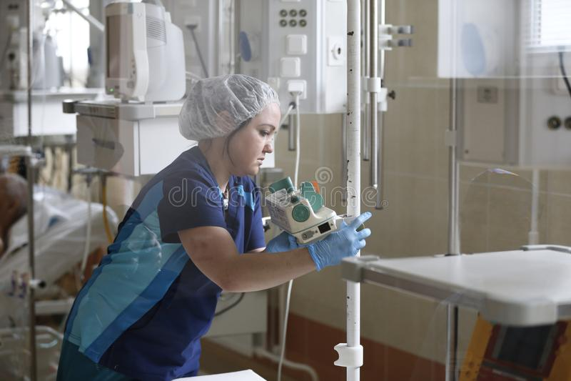 Une infirmière se prépare à la chirurgie images libres de droits