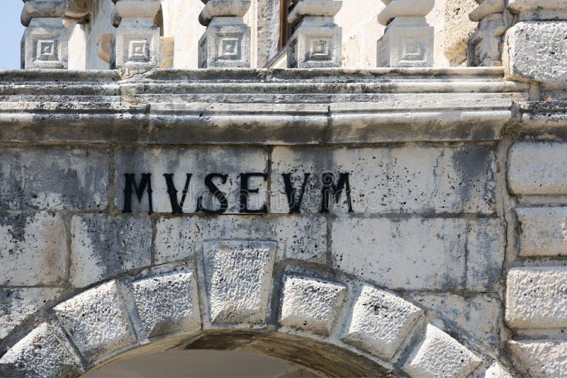 Une inscription antique dans le mot latin pour le ` de musée de ` image libre de droits