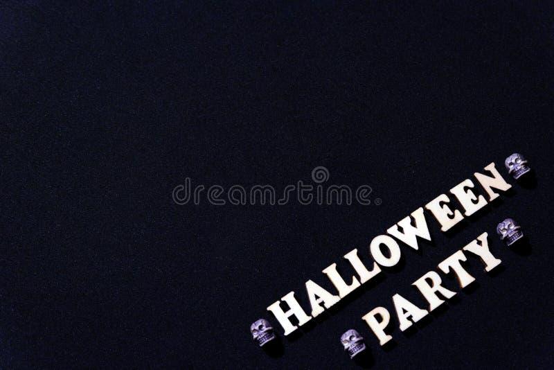 Une inscription des lettres en bois pour Halloween image stock
