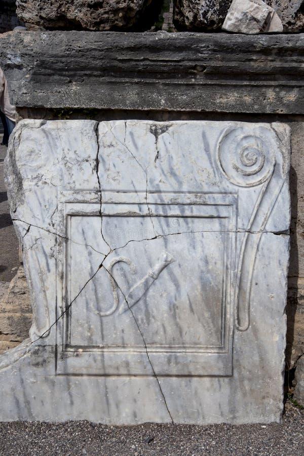 Une inscription sur une pierre mable au site antique de Perge en Turquie images libres de droits