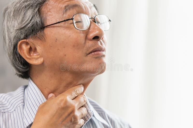 une irritation plus ancienne d'angine de vieil homme et ont un cou émouvant de main de flegme photo stock
