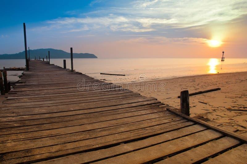 Une jetée de pêcheurs avec le coucher du soleil