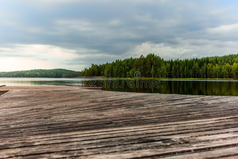 Une jetée sur le lac Saimaa en parc national de Kolovesi dans Finl photographie stock libre de droits