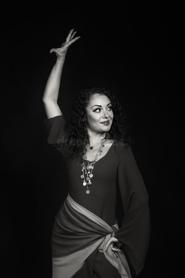Une jeune actrice dans l'image d'un gitan sur un fond foncé photos stock