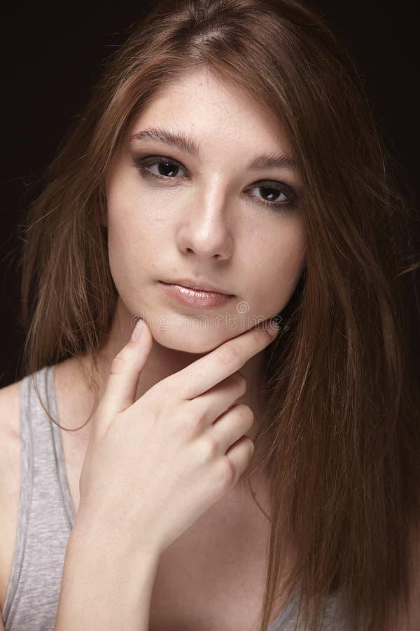 Une jeune adolescente, se ferment vers le haut du tir de portrait, principal et d'épaules image stock