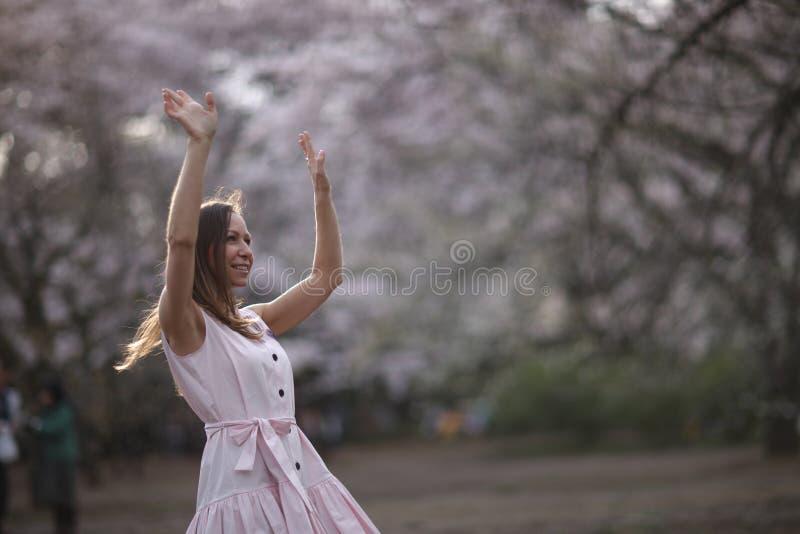 Une jeune belle femme dans une robe rose photographie stock