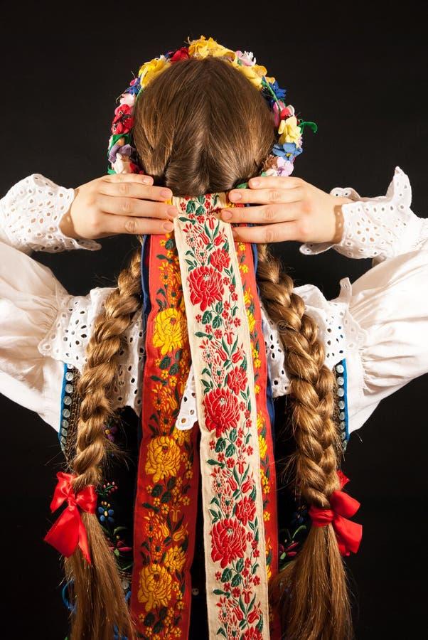Une jeune belle femme utilisant un costume folklorique polonais traditionnel photos libres de droits