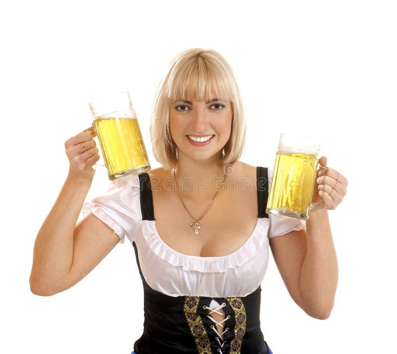 Une jeune bière bavaroise blonde de fixation de femme image libre de droits
