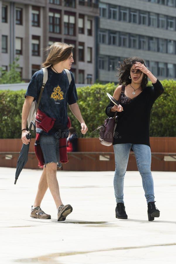 Une jeune causerie de couples tandis qu'ils marchent, image libre de droits