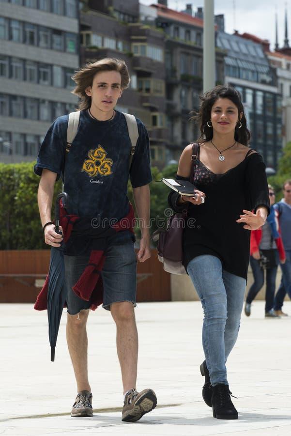 Une jeune causerie de couples tandis qu'ils marchent, photo libre de droits