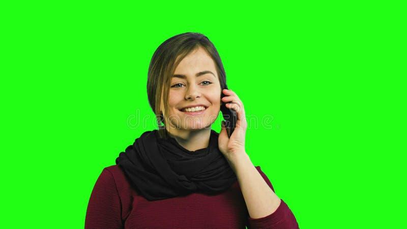 Une jeune dame heureuse parlant au téléphone images libres de droits