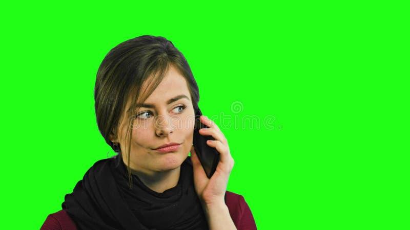 Une jeune dame parlant au téléphone image libre de droits