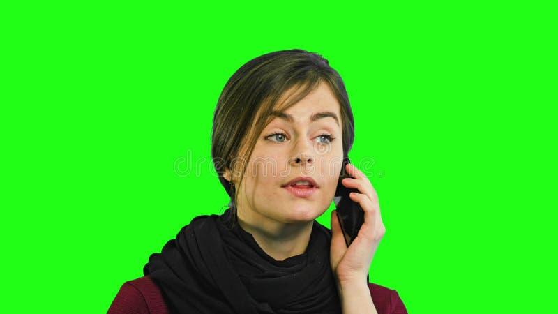 Une jeune dame parlant au téléphone photographie stock libre de droits
