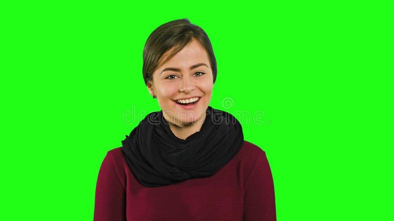 Une jeune dame souriant et regardant vers le bas photo libre de droits