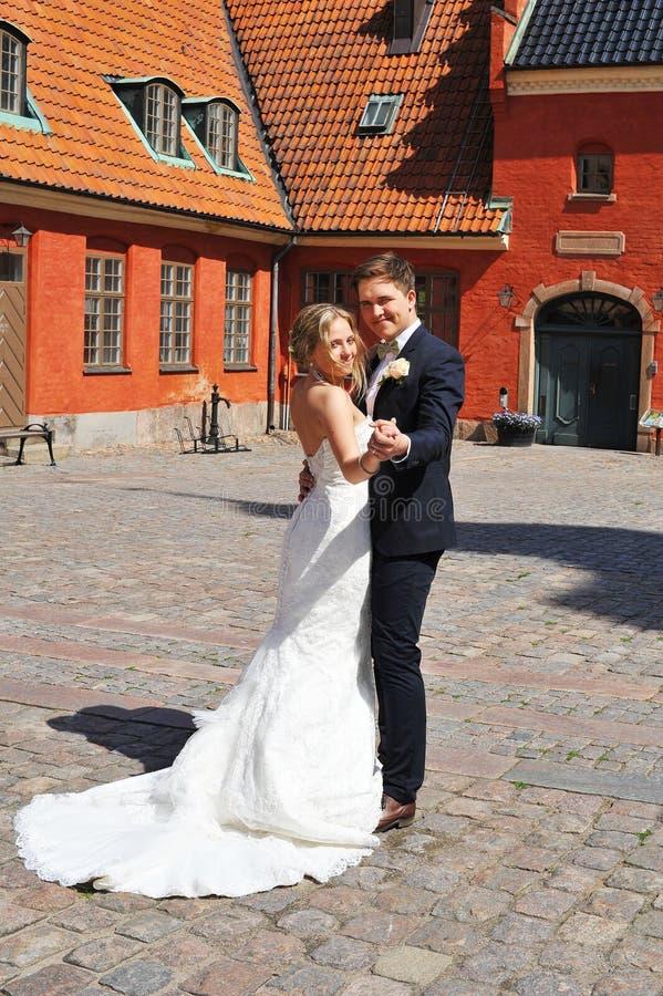Une jeune danse de mariée et de marié. photos stock