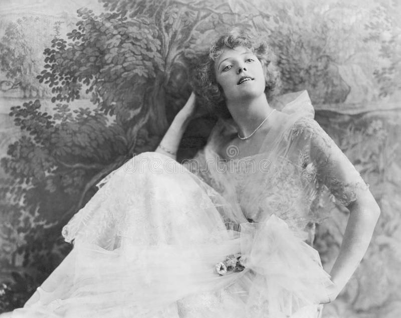 Une jeune femme élégante dans une robe à la mode (toutes les personnes représentées ne sont pas plus long vivantes et aucun domai images libres de droits