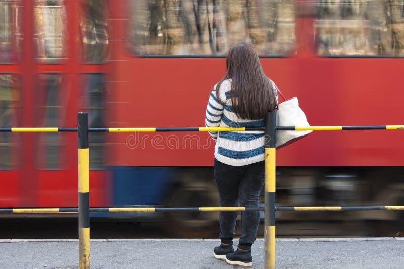 Une jeune femme - adolescente attendant le tram photo libre de droits