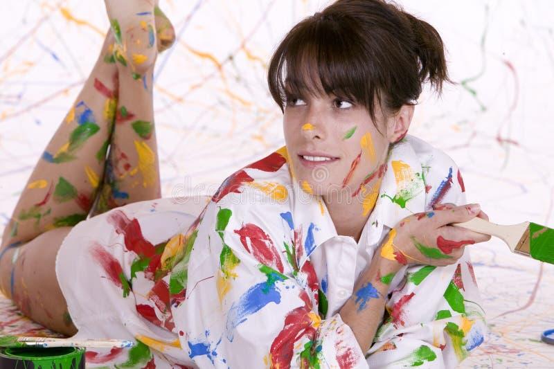 Une jeune femme attirante couverte en peinture colorée images libres de droits