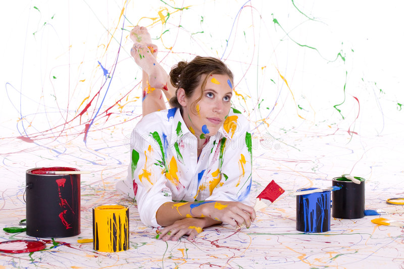 Une jeune femme attirante couverte en peinture colorée photographie stock