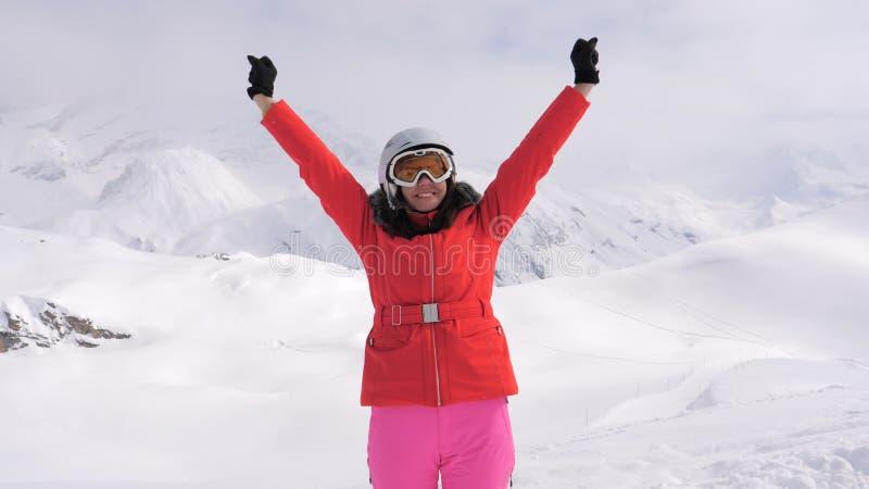 Une jeune femme caucasienne soulève des bras et commence à tourner apprécier autour des vues photos stock
