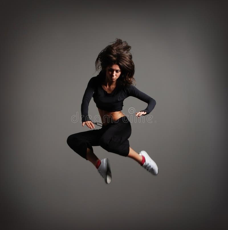 Une jeune femme de brunette dans un beau saut image libre de droits