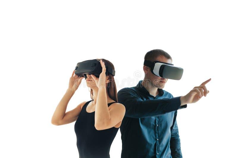 Une jeune femme et un jeune homme en verres de réalité virtuelle Le concept des technologies modernes et des technologies de photo stock