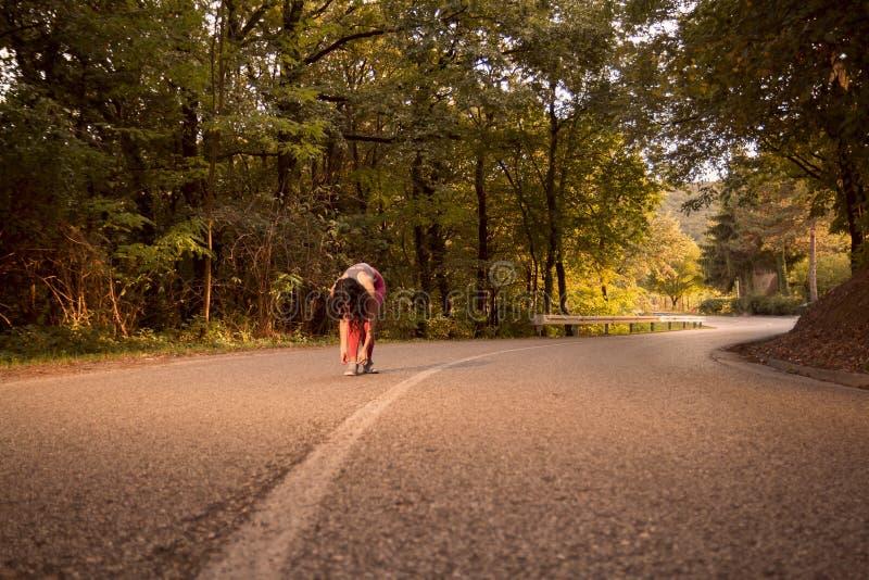 Une jeune femme, fonctionnement pulsant dehors, bois de forêt, route As photographie stock libre de droits
