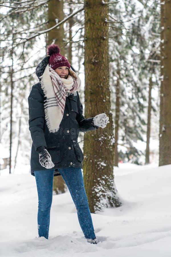 Une jeune femme a l'amusement dans la neige image stock