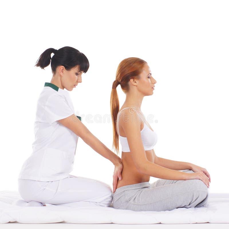 Une jeune femme obtenant un massage thaïlandais traditionnel photo stock