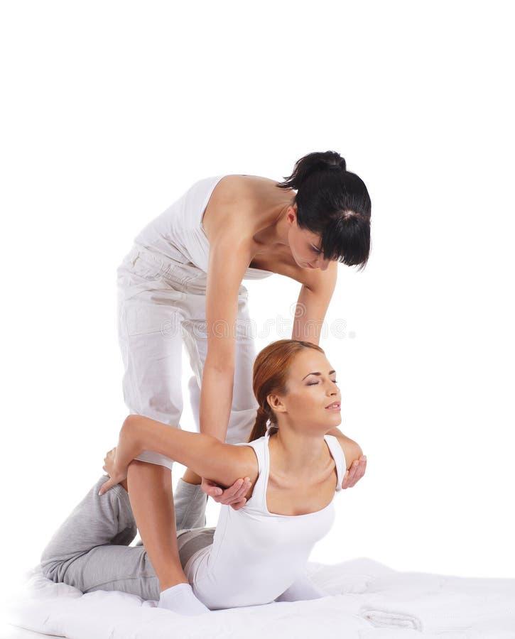 Une jeune femme obtenant un massage thaïlandais traditionnel image stock
