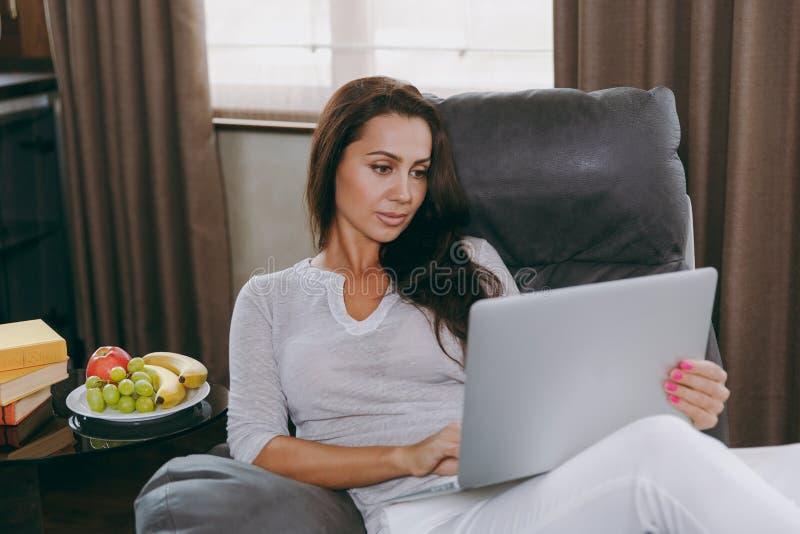 Une jeune femme passe le temps à la maison, dans la cuisine et dans le roo photographie stock