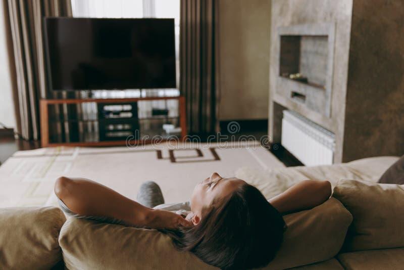Une jeune femme passe le temps à la maison, dans la cuisine et dans le roo image libre de droits