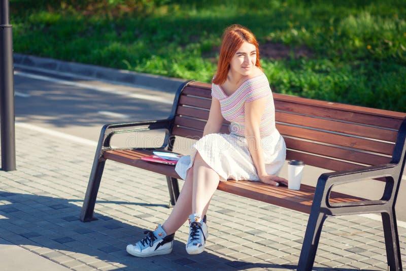 Une jeune femme rousse en parc photo libre de droits