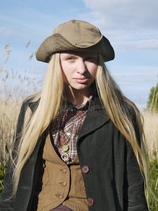 Une jeune femme s'est habillée dans le style de pays ou de marin dans le domaine photos stock