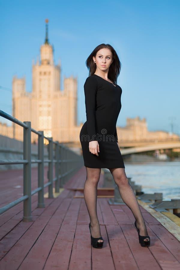 Une jeune femme se tenant sur le bord de mer photo stock