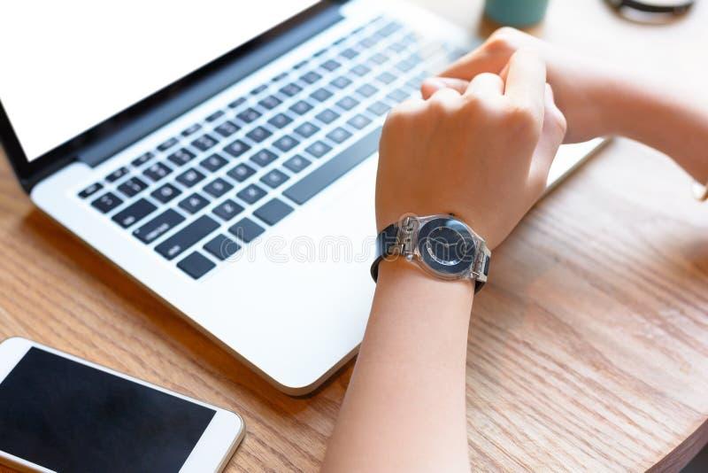 Une jeune femme travaillant avec l'ordinateur portable et le smartphone images stock