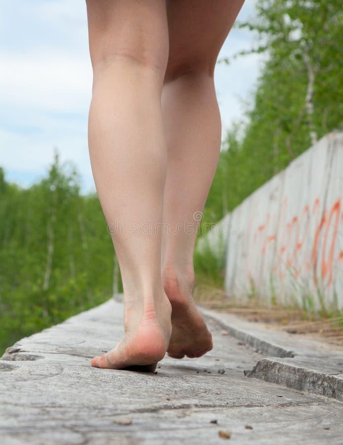 Une jeune femme va nu-pieds photos libres de droits