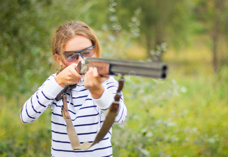 Une jeune fille avec un canon pour le tir de trappe photo stock