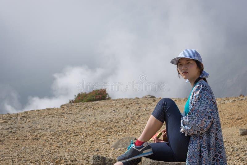 Une jeune fille coréenne apprécie la beauté de la montagne de Papandayan La montagne de Papandayan est une de l'endroit pr?f?r? ? photos libres de droits