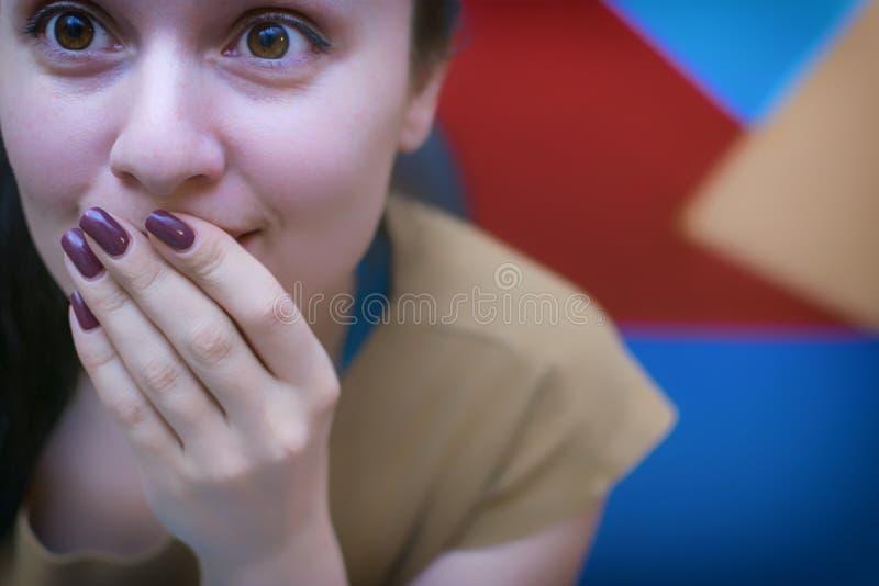 Une jeune fille dans le lieu de travail Processus fonctionnant décorateur photo stock