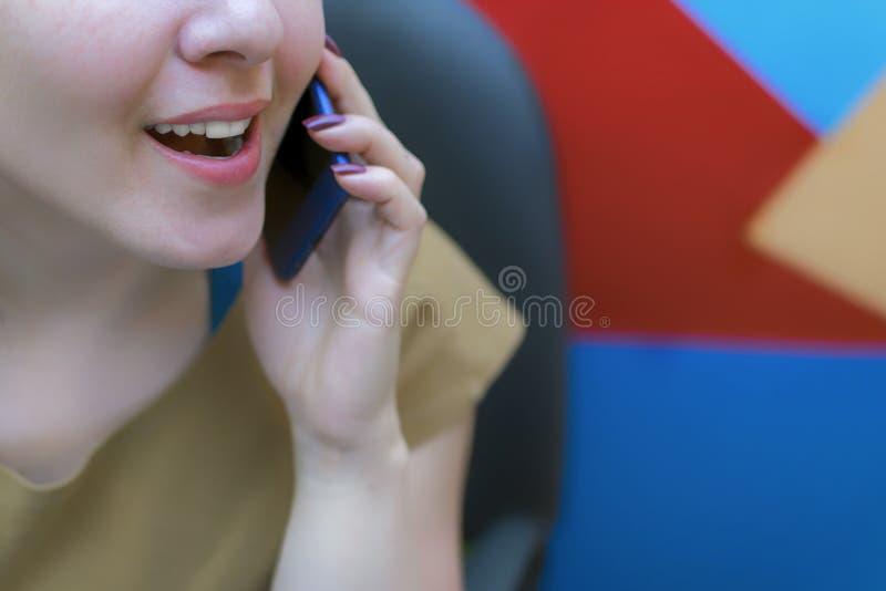 Une jeune fille dans le lieu de travail Processus fonctionnant décorateur images stock