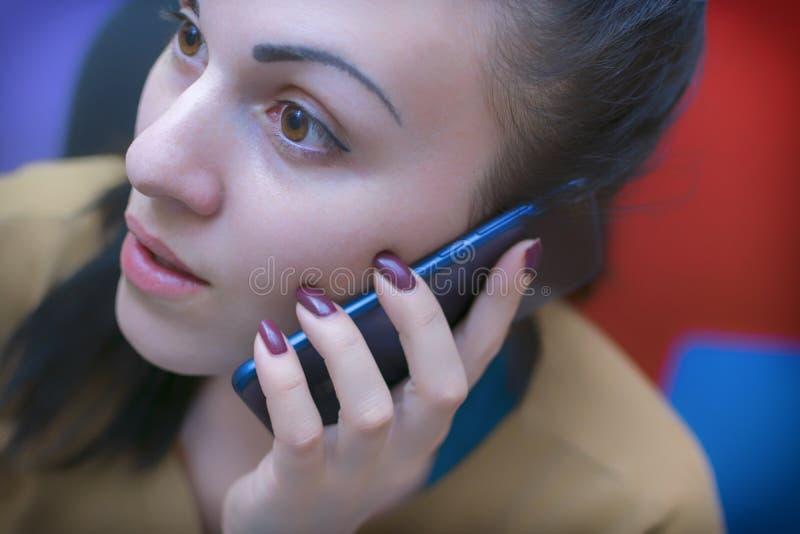 Une jeune fille dans le lieu de travail Processus fonctionnant décorateur photo libre de droits