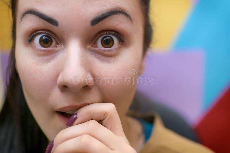 Une jeune fille dans le lieu de travail Processus fonctionnant décorateur photos stock