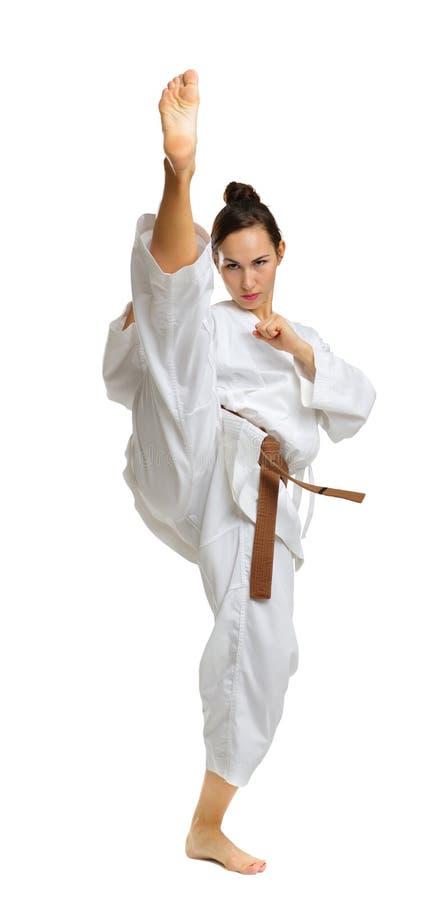 Une jeune fille dans une pose de karaté D'isolement sur le fond blanc photos libres de droits